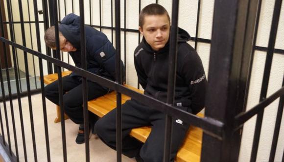 Ilya y Stanislaw Kostsew en el tribunal el pasado enero. (Foto: BELSAT, vía BBC Mundo).
