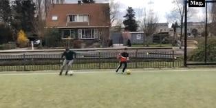 Robin Van Persie demuestra sus habilidades con el balón junto a su hijo