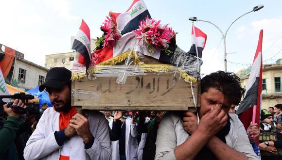 Iraquíes llevan en hombros los restos de un manifestante que murió en las protestas en Bagdad. (Foto: EFE)