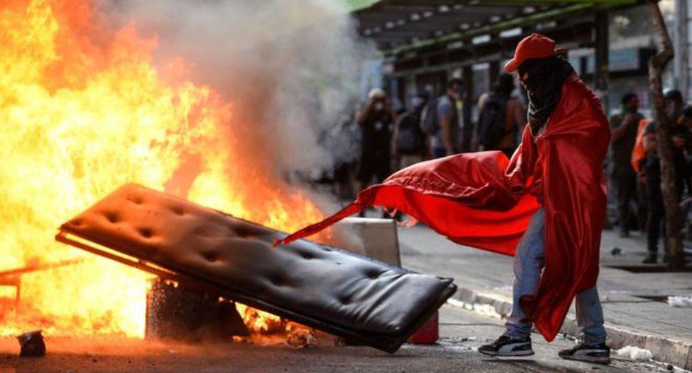 A 43 días del inicio de las manifestaciones, en Chile aún no se ha logrado calmar la violencia y los saqueos. (Foto: Getty Images, via BBC Mundo)