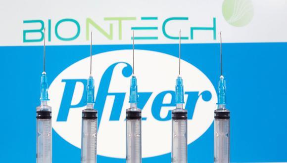 Reino Unido se convirtió el miércoles en el primer país del mundo en aprobar la vacuna anti-COVID-19 de Pfizer-BioNTech para su uso y dijo que comenzará a suministrarla la semana que viene. (REUTERS/Dado Ruvic/File Photo).