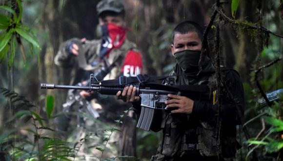 Miembros del frente Ernesto Che Guevara, pertenecientes a la guerrilla del Ejército de Liberación Nacional (ELN), disparan durante un entrenamiento en la selva del Chocó, Colombia, el 26 de mayo de 2019. (RAUL ARBOLEDA / AFP).