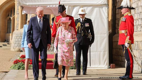El presidente de Estados Unidos, Joe Biden, habla con la reina Isabel II de Reino Unido durante una visita al Castillo de Windsor. (Foto de Chris Jackson / POOL / AFP).
