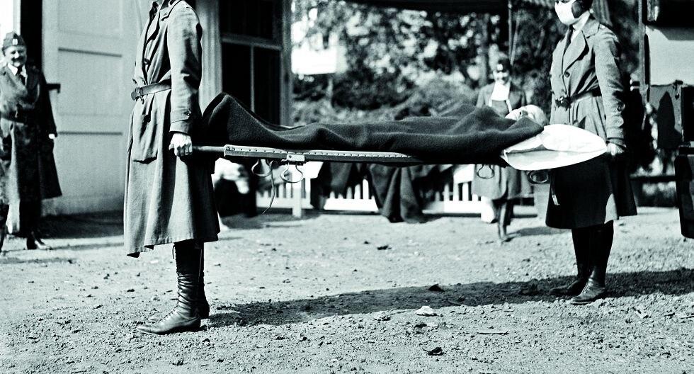 Washington D. C. Dos enfermeras de la Cruz Roja conducen a un paciente durante la pandemia de gripe en 1918, que coincidió con los días finales de la Primera Guerra Mundial. Al frente, un titular de El Comercio de enero de 1919, que llamaba a prevenir la enfermedad. FOTO: Getty Images.