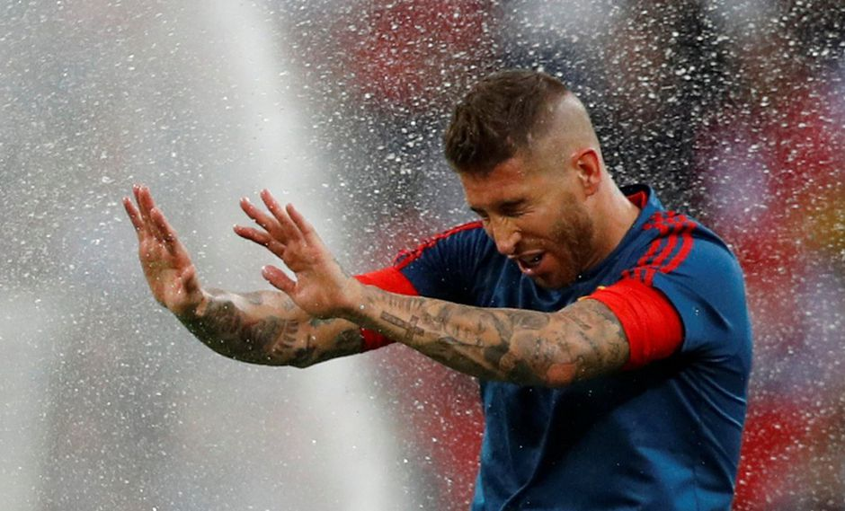 Sergio Ramos también sufrió con las regaderas de Wembley. (Foto: Reuters)