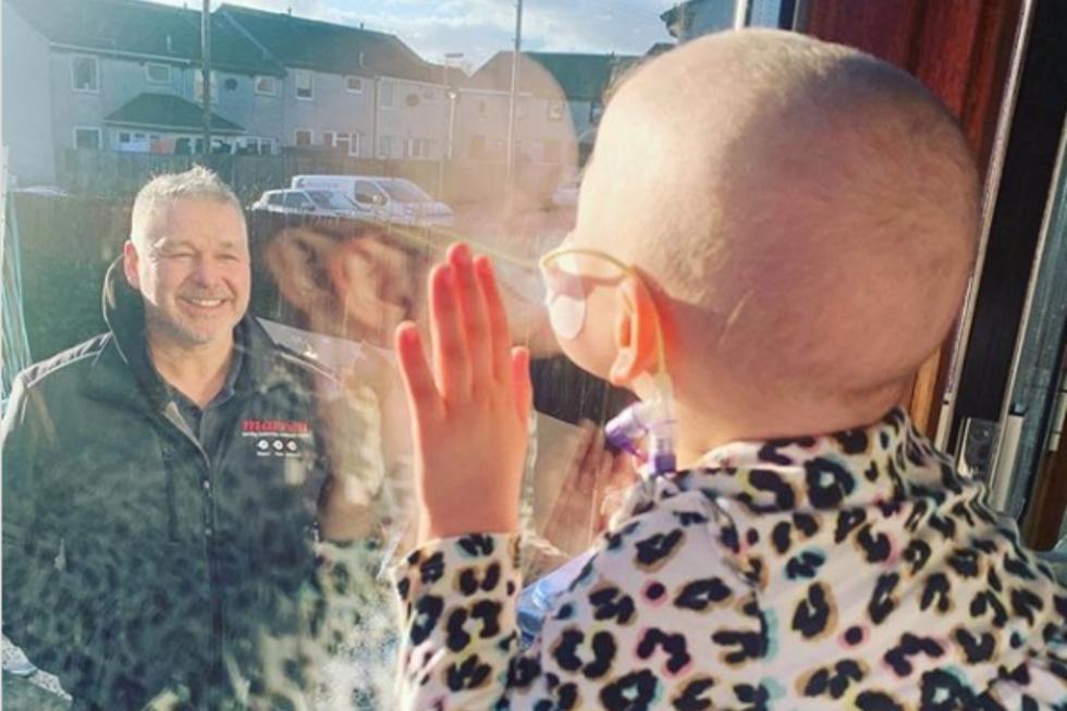 Así es como esta pequeña niña tuvo que observar a su padre que mira la mira detenidamente despidiéndose antes de irse a trabajar. (Foto: Instagram)