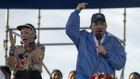El presidente de Nicaragua, Daniel Ortega (derecha), y su esposa, la vicepresidenta Rosario Murillo (izquierda), participan en un acto público celebrado en la Avenida de Bolívar a Chávez tras una caminata por la paz y donde se han concentrado miles de sandinistas y familiares de parte de las víctimas que han dejado las manifestantes a favor y en contra del Gobierno en Managua (Nicaragua). (Foto: EFE/Jorge Torres).