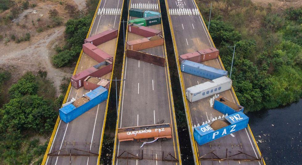 El régimen de Nicolás Maduro reforzó el bloqueo del puente Tienditas, fronterizo con Colombia, al colocarle nuevos obstáculos, casi un mes después del intento fallido de la oposición de Venezuela para ingresar por allí donaciones de Estados Unidos, constató este miércoles la agencia AFP. (Foto: AFP).