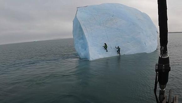 Mike Horn y un compañero intentaron escalar un iceberg que encontraron en medio del océano, pero este se volcó y casi los aplasta. (Foto: Mike Horn / YouTube)