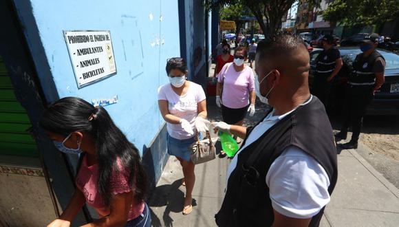 Personal de la Municipalidad de Jesús María realiza labores de desinfección antes del ingreso al mercado San José, ayer. (Alessandro Currarino/GEC).