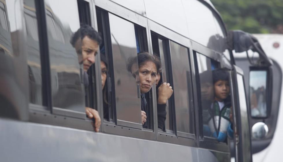 Familiares y amigos de Eyvi Ágreda acudieron hasta su casa para darle el último adiós. Ella falleció luego de varias operaciones tras ser quemada por Carlos Hualpa. (Foto: Hugo Pérez / El Comercio)