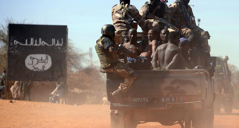 Imagen referencial. Soldados de Mali transportan a una docena de sospechosos de pertenecer a grupos islamistas, luego de un atentado con bomba en el 2013. (Foto: Pascal Guyot / AFP)