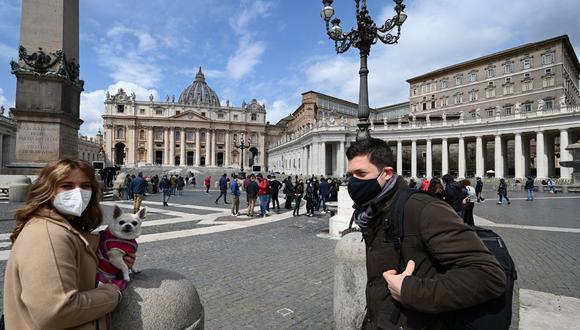 La gente se reúne por primera vez desde el 14 de marzo para asistir a la recitación del Papa de la oración Regina Coeli desde la ventana del palacio apostólico con vista a la Plaza de San Pedro en el Vaticano el 18 de abril de 2021. (Foto de VINCENZO PINTO / AFP).