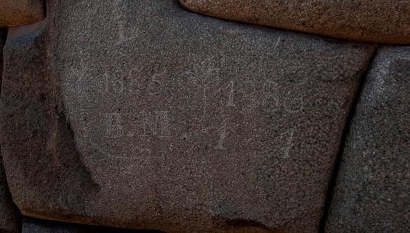 Unos vándalos realizaron inscripciones en las piedras incas que conforman uno de los muros del  Museo del Arzobispado de Cusco (antes Palacio de Inca Roca). (Foto: PNP)