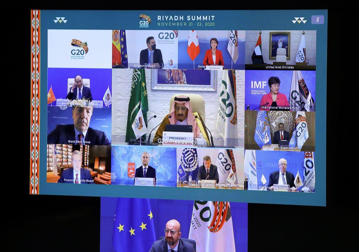 El presidente del Consejo Europeo, Charles Michel (abajo), y el rey de Arabia Saudita, Salman bin Abdulaziz Al Saud, son vistos con otros líderes mundiales. (Foto de YVES HERMAN / POOL / AFP).