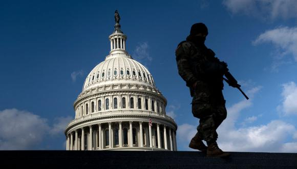 Un miembro de la Guardia Nacional patrulla el Capitolio de los Estados Unidos el 4 de marzo de 2021. (Foto de Brendan Smialowski / AFP).