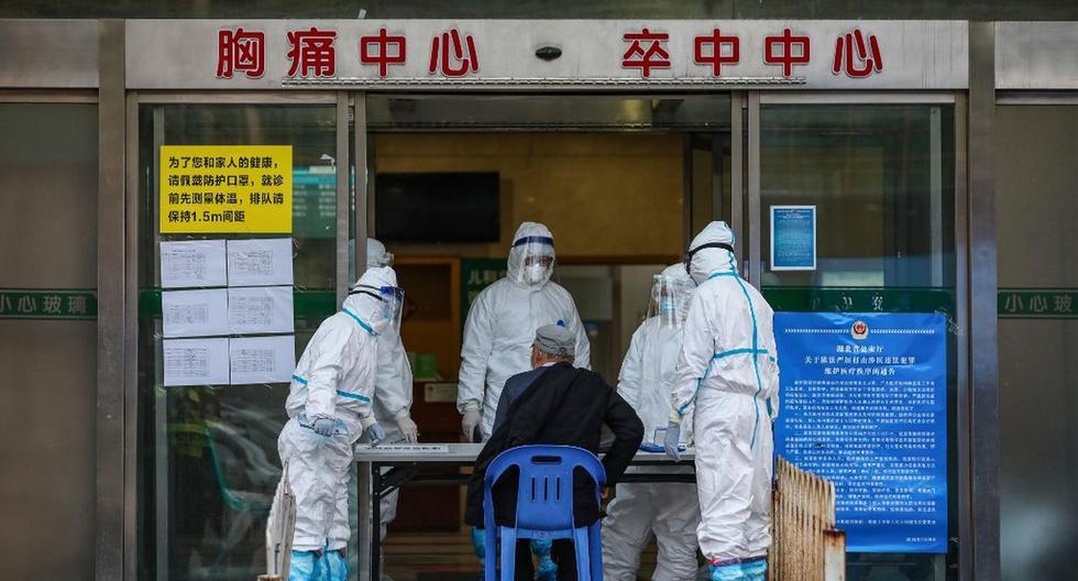 La imagen, tomada ayer, muestra a un hombre visitando un hospital en Wuhan, en la provincia central china de Hubei. (AFP)