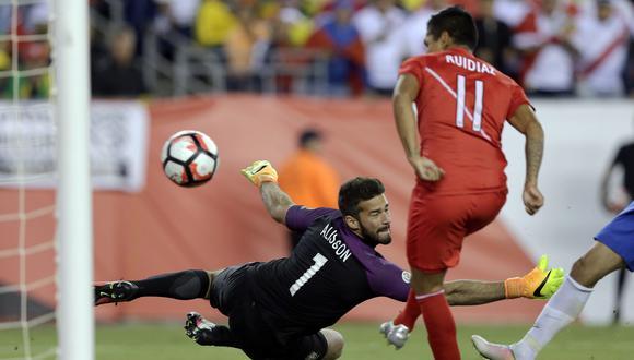 El gol con la mano de Raúl Ruidíaz fue la gran polémica en el último triunfo de Perú ante Brasil por Copa América en 2016. (Foto: AP)
