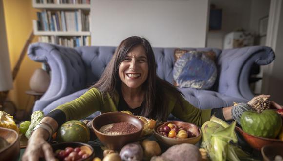 Delia Ackerman con algunos de los superalimentos en los que se inspiró para su documental. (Foto: Anthony Ramírez Niño de Guzmán)