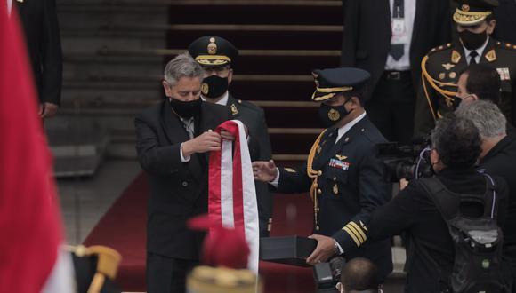 Así fue la entrega de la banda presidencial por parte del ahora exmandatario Francisco Sagasti en la puerta del Congreso. (Foto: Leandro Britto)