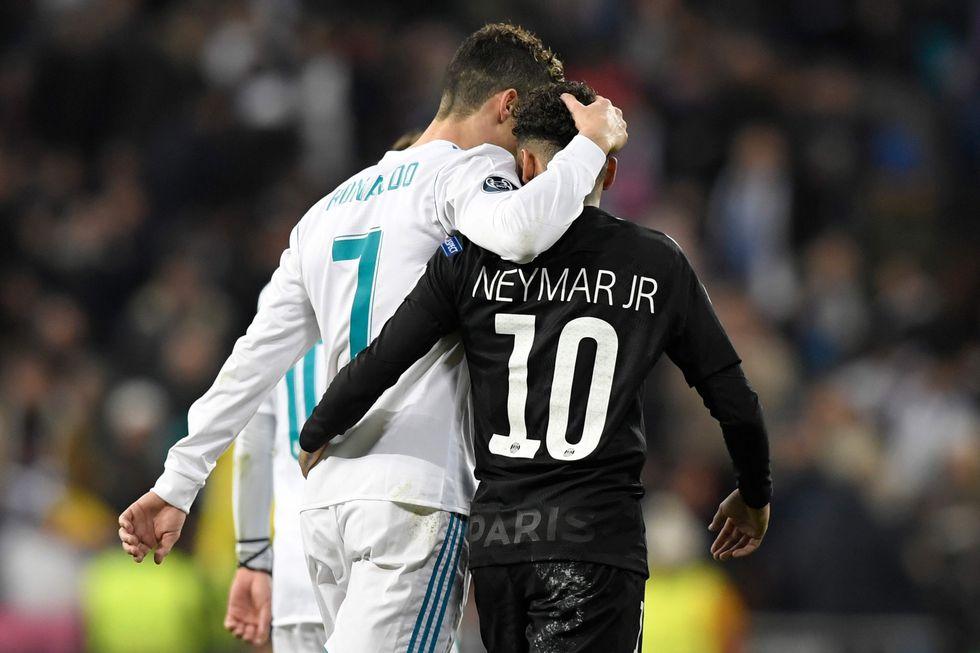 Cristiano Ronaldo y Neymar dejaron esta postal que emocionó al Santiago Bernabéu. (Foto: AFP)