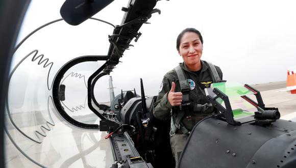 La joven resaltó como única mujer entre los egresados de la promoción Mayor FAP Dante Alva Gustavson, y decidió especializarse como piloto de transporte. (Foto: Ministerio de Defensa)