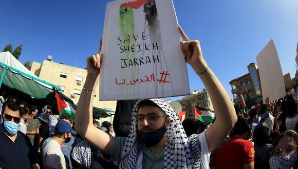 Un manifestante jordano sostiene una pancarta durante una protesta para expresar su solidaridad con los palestinos, cerca de la embajada de Israel en Amman, Jordania, el 11 de mayo de 2021.(Foto de archivo: EFE/ EPA/ Mohammad Ali)