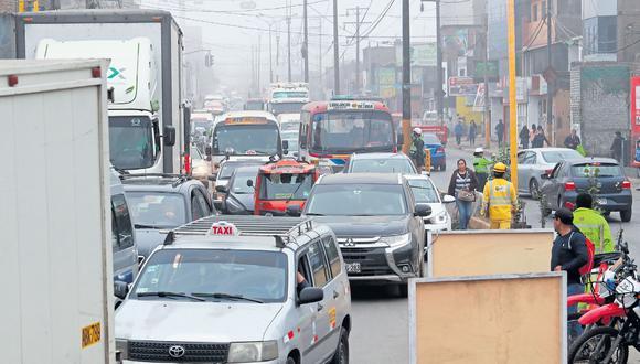 Pese a la presencia policial y el plan de desvíos programados, ayer hubo confusión por parte de los conductores, lo que generó tráfico. (Lino Chipana / GEC)