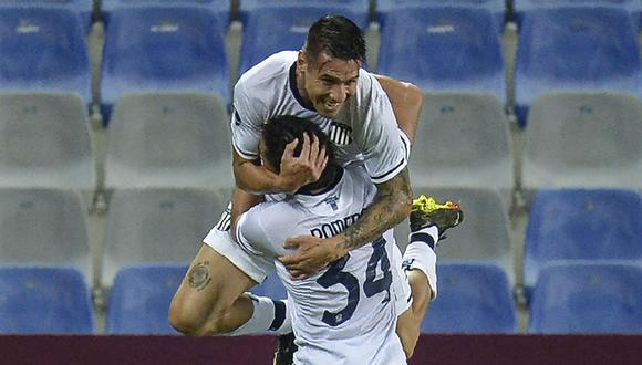 Argentina's Talleres de Cordoba Carlos Auzqui (top) celebrates with Argentina's Talleres de Cordoba Jose David Romero after scoring against Ecuador's Emelec during their Copa Sudamericana football tournament group stage match at the George Capwell Stadium in Guayaquil, Ecuador, on May 25, 2021. (Photo by RODRIGO BUENDIA / AFP)