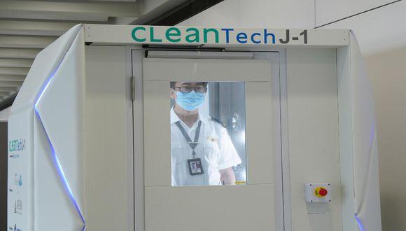 Las personas deben entrar a la cabina de desinfección con todas sus pertenencias y accesorios, como lentes o joyas.  / Foto: EFE.
