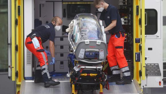 El personal de emergencia del ejército alemán carga en su ambulancia la camilla que se utilizó para transportar a la figura de la oposición rusa Alexei Navalny el 22 de agosto de 2020 en el hospital Charite de Berlín, Alemania. (Foto: Odd ANDERSEN / AFP).