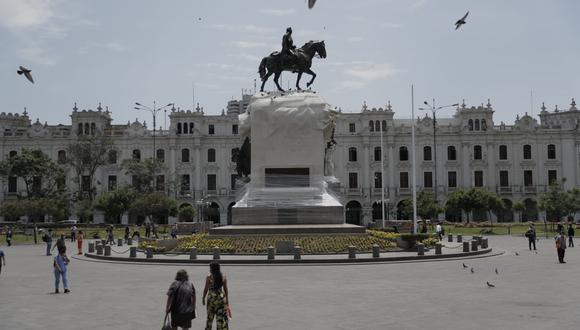 Colocan plástico en la base del monumento de José de San Martín. Fotos: Renzo Salazar /@photo.gec