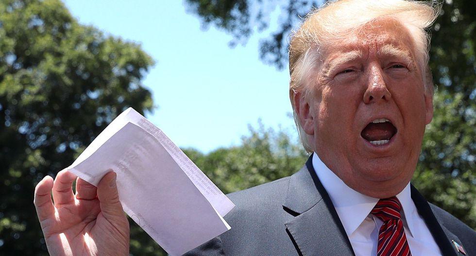 Donald Trump sostiene un papel donde, asegura, hay partes secretas del acuerdo migratorio al que llegó con México. (Reuters).