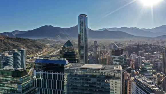 Vista aérea de Santiago de Chile el 12 de junio de 2021, durante un nuevo bloqueo impuesto como medida contra la propagación del coronavirus COVID-19. (Foto de MARTIN BERNETTI / AFP).