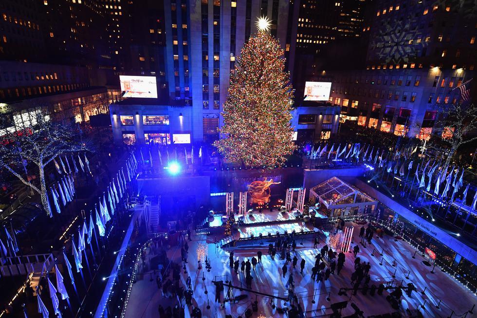 1. La tradición nació en el año 1931, cuando un árbol de Navidad fue colocado en el lugar por trabajadores de construcción que se encargaban de alzar el Centro Rockefeller. La acción se repitió el año siguiente, pero fue recién en 1933 cuando se desarrolló una ceremonia formal para el encendido de sus luces. (Foto: AFP)