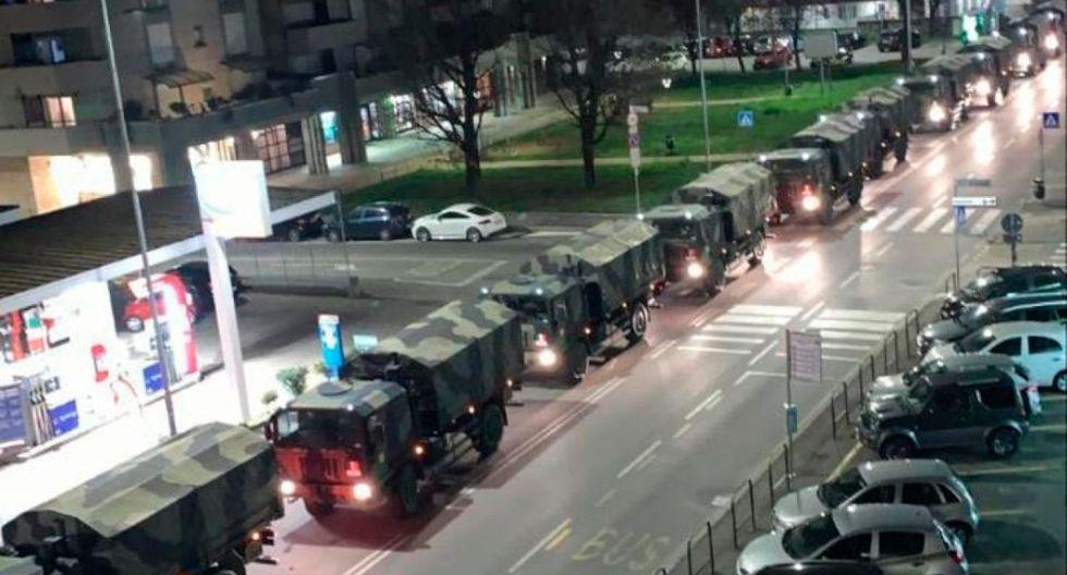 La columna de camiones militares cargados con ataúdes sale de Bérgamo, Italia, el 19 de marzo de 2020. (EFE).