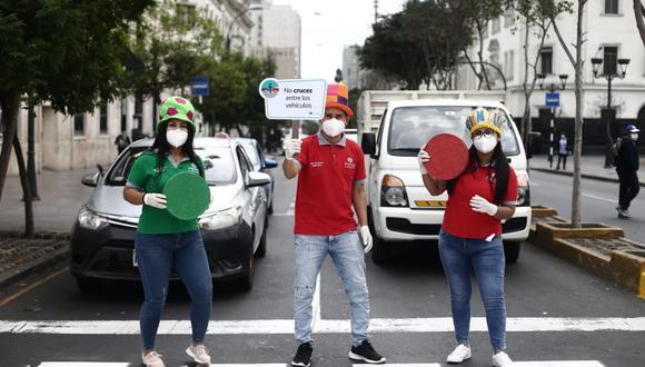Los Fantásticos Viales de la Gerencia de Movilidad Urbana, vestidos con trajes coloridos y portando señales reguladoras del tránsito, salieron a las calles del Centro de Lima para concientizar a conductores y peatones. (Jesús Saucedo/GEC)