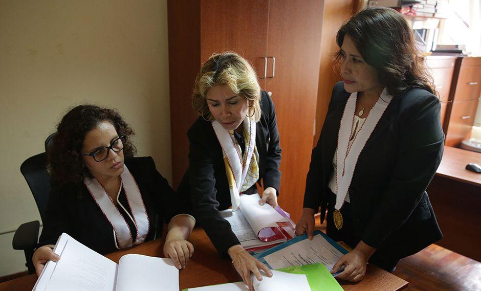 La fiscal contra el Crimen Organizado del Callao, Rocío Sánchez, coordinando con su equipo de fiscales adjuntas Sandra Castro y Roxana Jáuregui. (Foto: Alonso Chero).