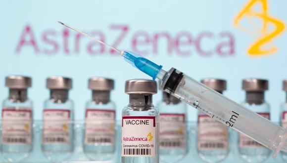 """En esta ilustración, tomada el 10 de marzo de 2021, se ven frascos con la etiqueta """"Vacuna contra el coronavirus COVID-19"""" y una jeringa frente al logotipo de AstraZeneca. (REUTERS/Dado Ruvic)."""