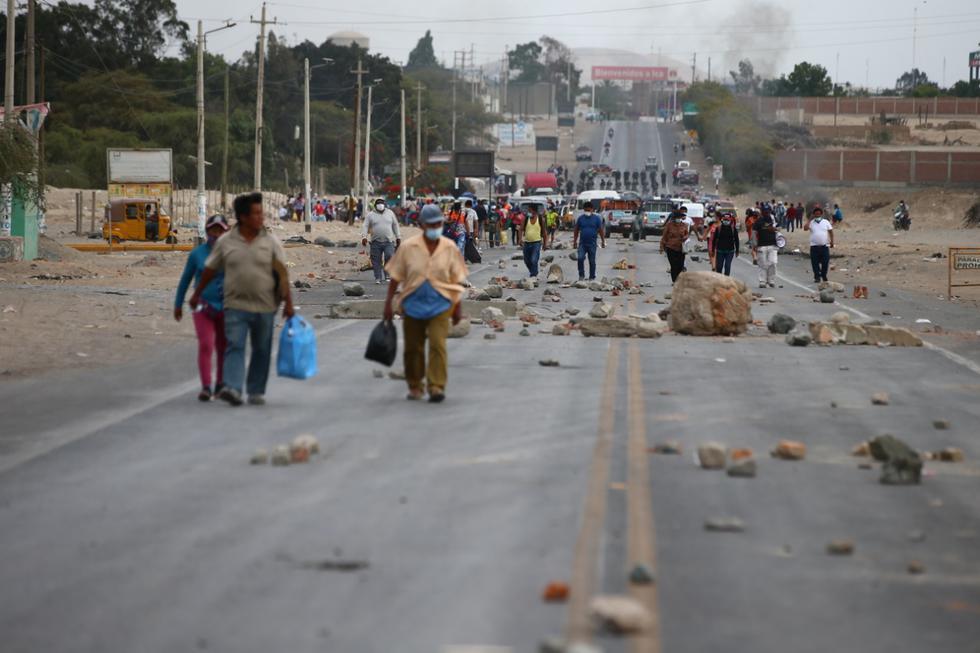 Cientos de personas varadas decidieron bajarse de las unidades para enrumbar su camino a pie. Entre los afectados hay menores, ancianos y mujeres. (Foto: Hugo Curotto/ GEC)