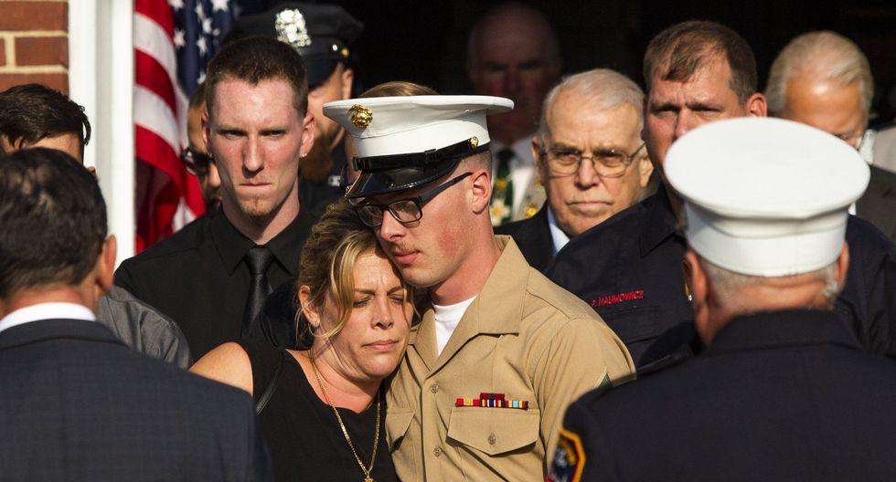 Erika Starke es consolada por su hijo Michael Haub mientras asisten al segundo servicio funerario de su esposo, quien murió el 11 de setiembre del 2001. (Foto AP / Eduardo Muñoz Álvarez).
