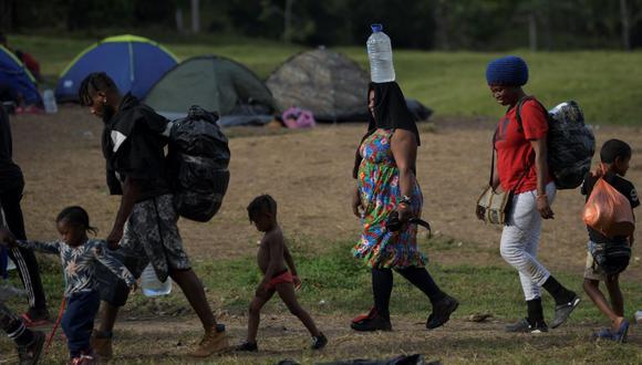 Migrantes haitianos llegan a un campamento improvisado antes de dirigirse a la frontera de Panamá con Colombia, el 25 de septiembre de 2021. (Foto referencial / RAUL ARBOLEDA / AFP).