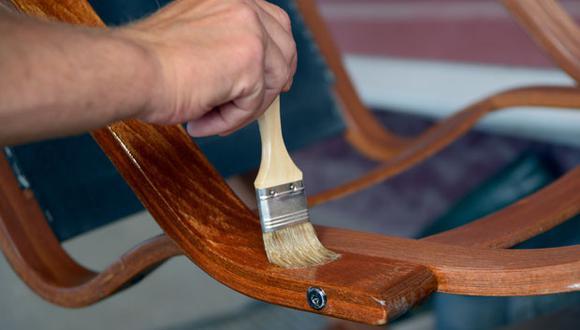 Para lograr el efecto deseado, mezcla el barniz con algún solvente o luego procede a lijar. (Foto: Shutterstock)