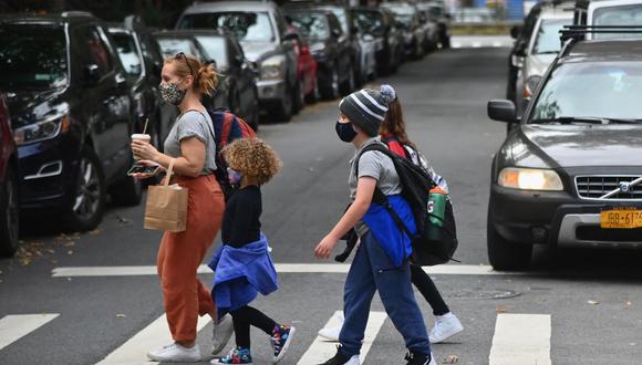 Una mujer recoge a los estudiantes de la escuela el 5 de octubre de 2020 en el distrito de Brooklyn de la ciudad de Nueva York. (Foto de Angela Weiss / AFP).