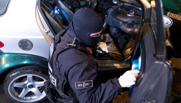 Policía alemana trabaja durante un operativo de búsqueda de ladrones de un furgíon blindado. (Foto referencial: EFE)