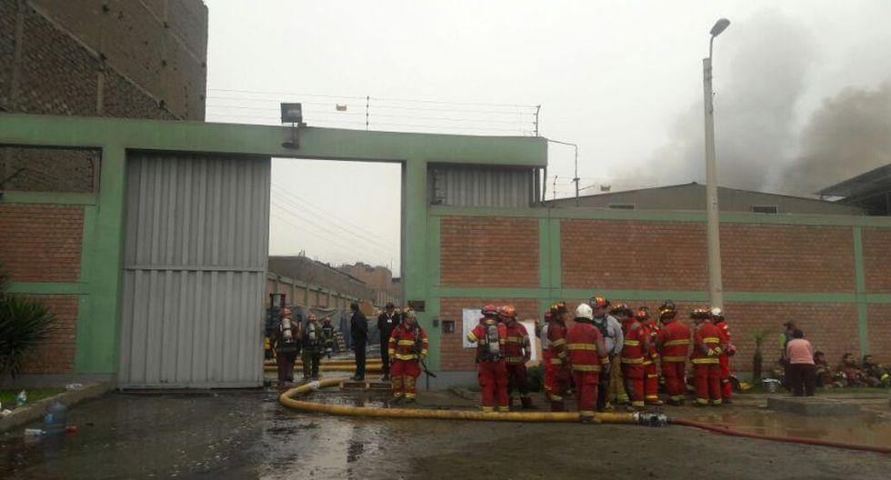 Incendio en El Agustino: bomberos siguen trabajos tras 12 horas - 1