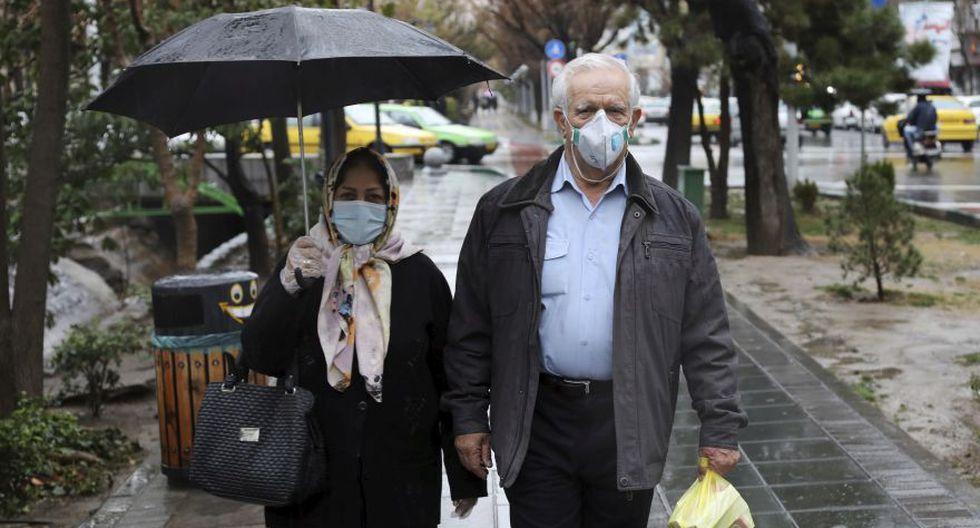 Los peatones usan máscaras para ayudar a protegerse contra el Coronavirus en el centro de Teherán. (Foto: AP).
