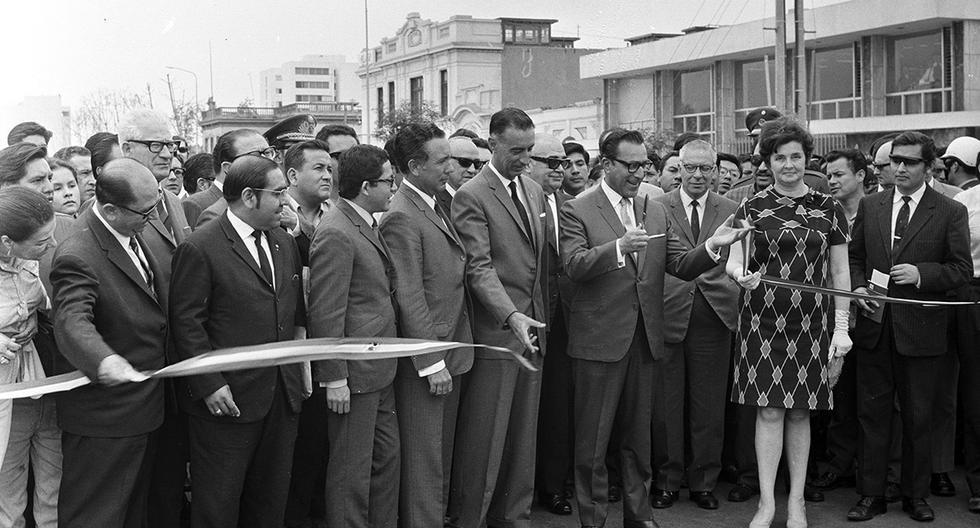 El 16 de diciembre de 1969 el alcalde de Lima Luis Bedoya Reyes inaugura el puente Ricardo Palma en Miraflores. Foto: GEC Archivo Histórico El Comercio