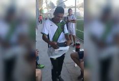 Le robaron sus botines y compañeros decidieron darle esta emotiva sorpresa [FOTOS y VIDEO]