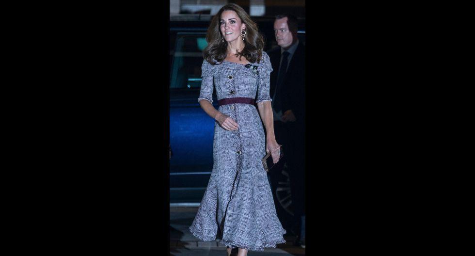 Con un vestido príncipe de Gales en tonalidades morado y plomo acudió a la inauguración del nuevo centro de fotografía del Victoria & Albert Museum. El diseño era de la firma Erdem. (Foto: AFP)